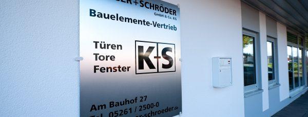 Schild mit Kontaktdaten von Krüger + Schröder